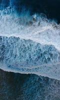 vue aérienne des vagues de la mer