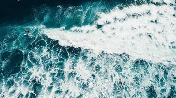vue aérienne d'un surfeur