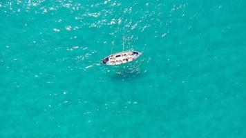 photo aérienne d'un petit bateau