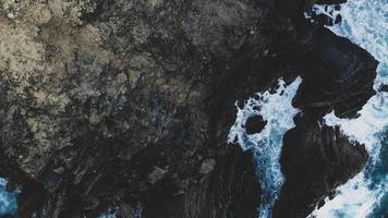 photo vue de dessus d'une falaise au bord de la mer