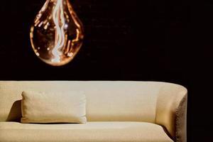 canapé avec une seule lumière photo