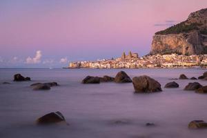 coucher de soleil sur la plage de cefalu photo