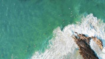 surfeurs sur l'océan pacifique