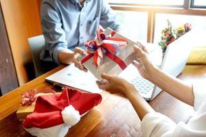 Collègues échangeant des cadeaux de Noël au bureau photo