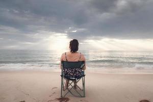 freelance femme travaille sur tablette face à l'océan photo