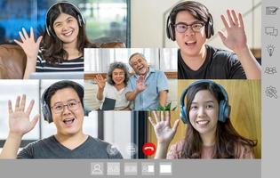 gens d'affaires asiatiques disant bonjour avec leurs coéquipiers