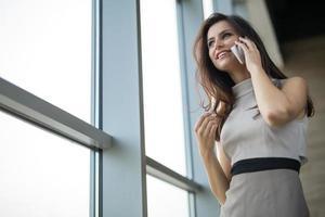 fille brune vêtue d'une robe photo