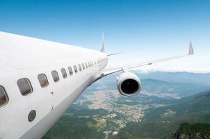 gros avion de ligne dans le ciel photo