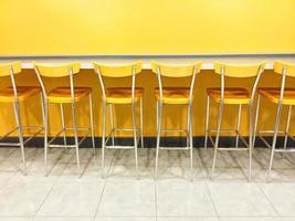 Raw de chaises jaunes dans une cafétéria photo