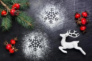 fond de fête de Noël avec des cerfs et des flocons de neige photo