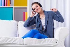 femme écoutant de la musique pop