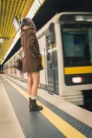 belle jeune femme posant dans une station de métro