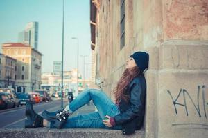 belle fille posant dans un contexte urbain photo