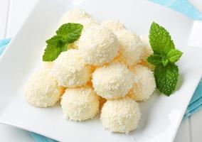 truffes au chocolat blanc et noix de coco photo