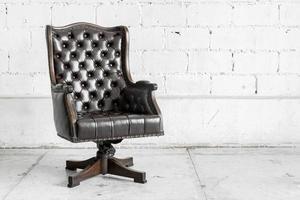 chaise noire dans la salle vintage photo