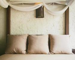 lit et oreillers, décoration intérieure de la maison photo