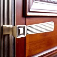 la partie de la porte en bois avec poignée en métal photo