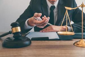 avocat de sexe masculin travaillant sur un document