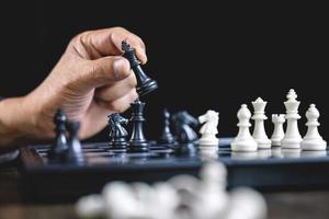 homme d & # 39; affaires jouant aux échecs