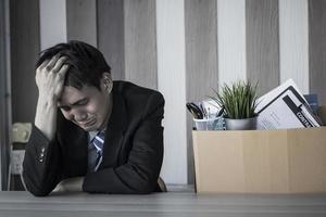 homme bouleversé au bureau après avoir été licencié