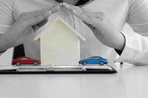 voitures rouges et bleues avec maison en bois photo