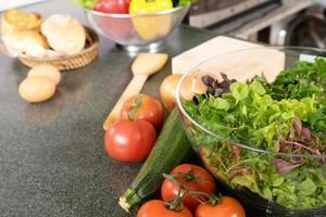 préparation de salade dans la cuisine