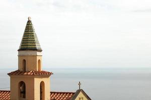 Clocher de l'église sur la côte amalfitaine photo
