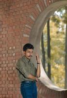jeune homme, debout, intérieur, structure brique