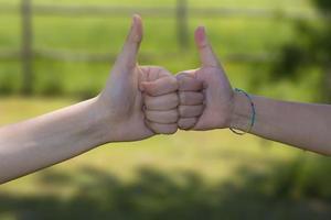 deux mains lèvent le pouce