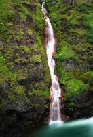 cascade sur la montagne en Islande
