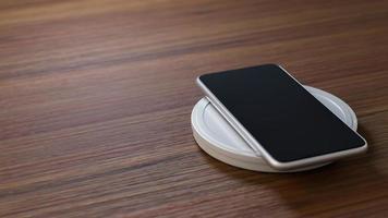 smartphone sur table en bois photo