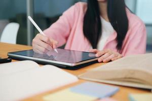 gros plan, de, femme, utilisation, a, tablette dessin photo