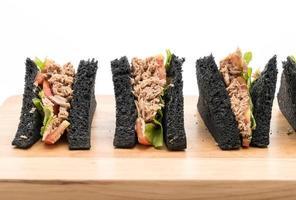 Sandwichs au charbon de thon sur une planche à découper photo