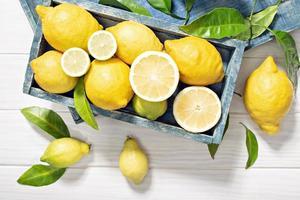 citrons frais dans une caisse en bois photo
