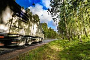 gros camion voyageant sur la route photo