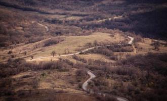 route sinueuse à travers les collines