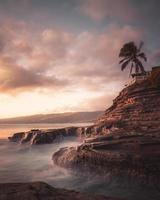 falaise et océan au coucher du soleil