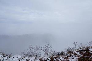 paysage de montagne brumeux