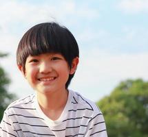 garçon heureux dans un parc photo