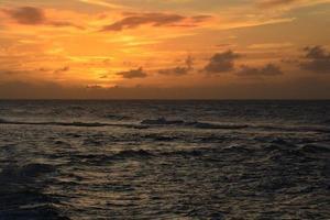 coucher de soleil orange sur l'océan photo