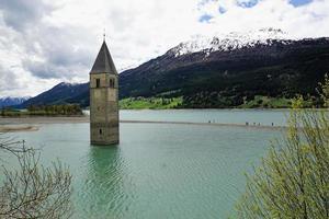 Clocher de l'église dans le lac de Resia photo