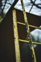 aire de jeux en métal jaune photo