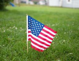 drapeau américain dans l'herbe