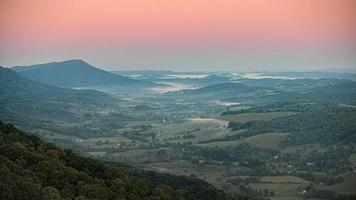 vallée de montagne au coucher du soleil photo