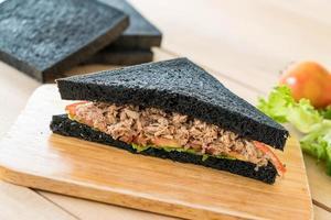 sandwich au thon et pain au charbon de bois