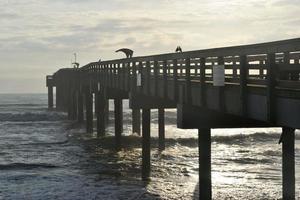quai de pêche au coucher du soleil