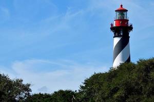 phare historique derrière les arbres