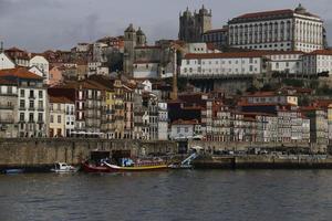 paysage fluvial de la ville pendant la journée