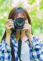 jeune photographe tenant la caméra photo