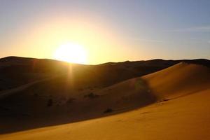 coucher de soleil dans un désert